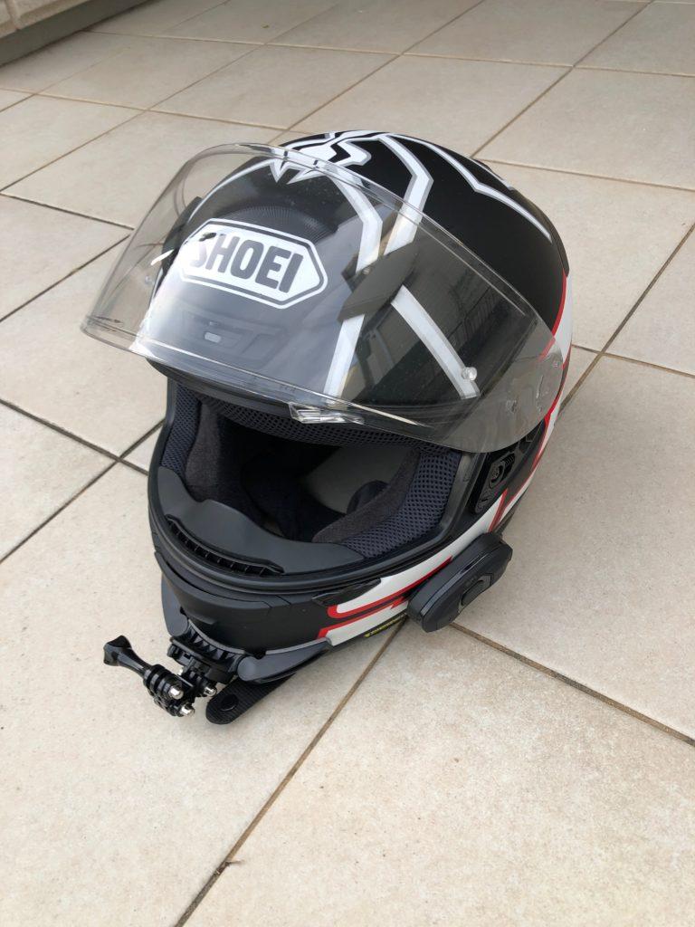 バイクのヘルメットにインカムを装着した SENA SF1